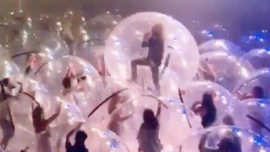 Photo of Рок-концерт со зрителями в пластиковых пузырях для безопасности – манипуляция